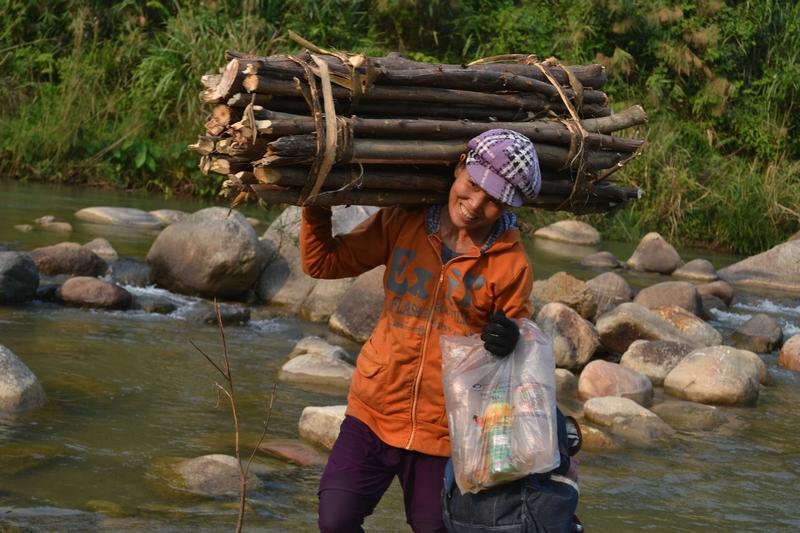 Ảnh 6: Sử dụng bếp tiết kiệm củi - phụ nữ giảm bớt sức lao động