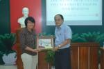 Ảnh 2: Đại diện đoàn CCN tặng quà lưu miện cho Hội chữ thập đỏ tỉnh